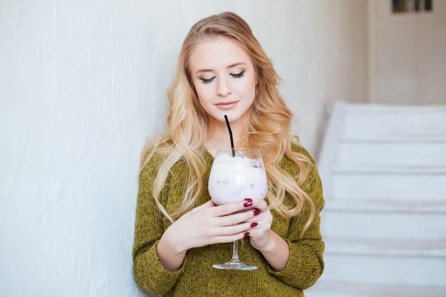 Piękna Kobieta Pije Koktajl W Restauracji Premium Zdjęcia