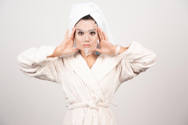 Piękna kobieta po prysznic z ręcznikiem na głowie