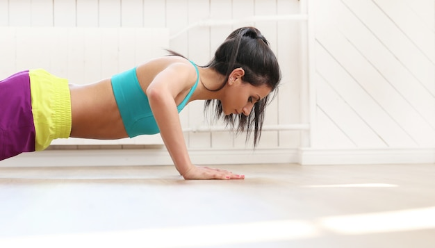 Piękna kobieta, poćwiczyć na siłowni