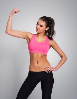 Piękna kobieta pokazując biceps