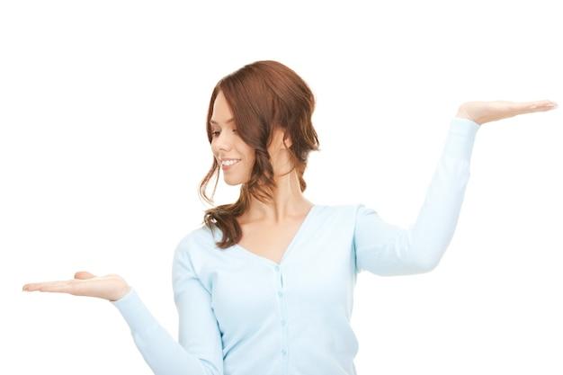 Piękna kobieta pokazująca coś na dłoniach