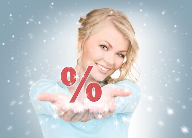 Piękna kobieta pokazująca znak procentu na dłoniach