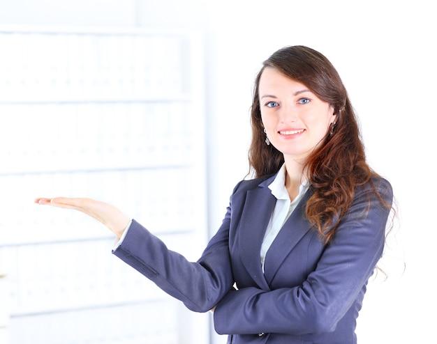 Piękna kobieta pokazuje w biurze.