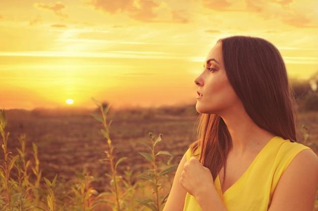 Piękna kobieta portret profil przed zachód słońca pole jesień.