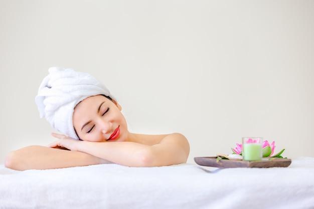 Piękna kobieta portret spa pozowanie młodzieży i koncepcji pielęgnacji skóry