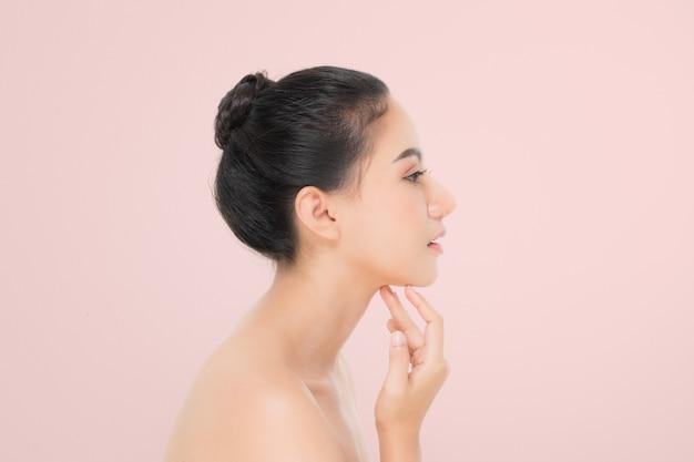 Piękna kobieta portret, widok z boku, pielęgnacji skóry lub piękna koncepcja