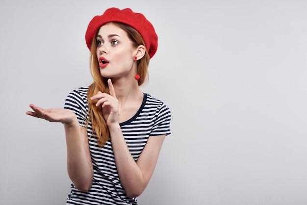 Piękna kobieta pozuje moda atrakcyjny wygląd czerwone kolczyki biżuteria na białym tle