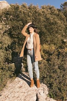 Piękna kobieta pozuje modę w naturze