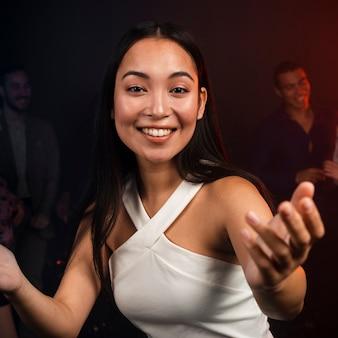 Piękna kobieta pozuje na parkiecie tanecznym