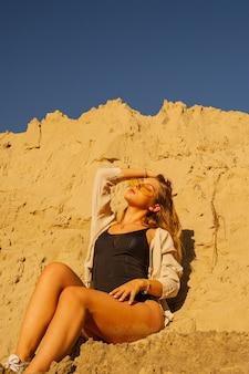 Piękna kobieta pozuje na pustyni