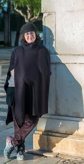 Piękna kobieta pozuje na ulicach faro.