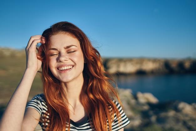 Piękna kobieta pozuje na zewnątrz