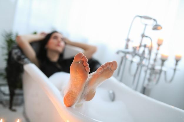 Piękna kobieta pozuje w domu w łazience
