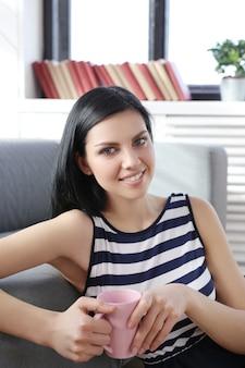 Piękna kobieta pozuje w domu