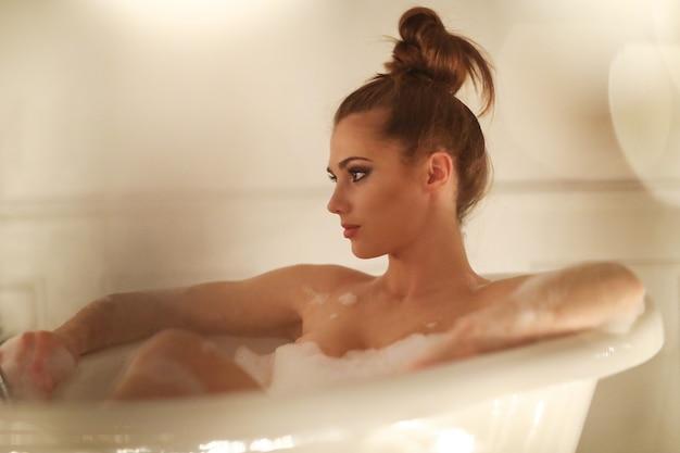 Piękna kobieta pozuje w łazience