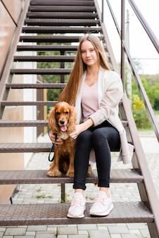 Piękna kobieta pozuje z jej psem
