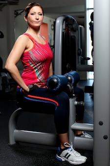 Piękna kobieta pracująca na trenerze