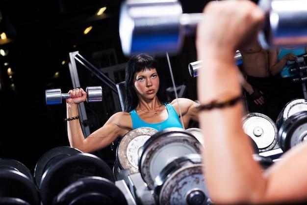 Piękna kobieta pracująca w gym out