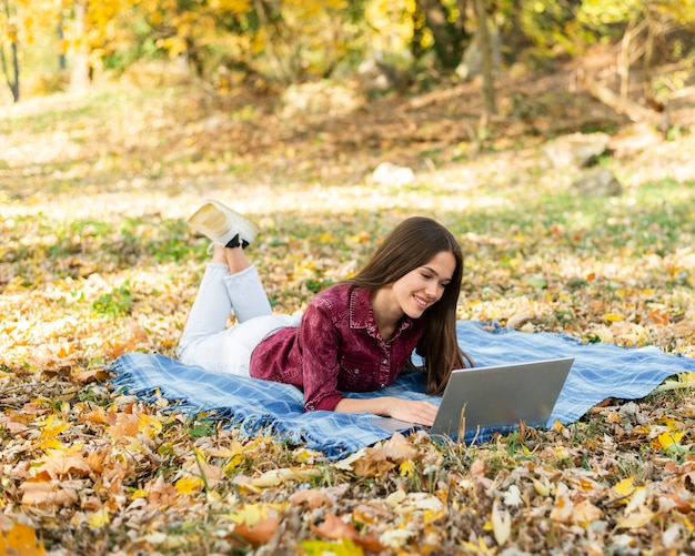 Piękna kobieta pracuje na jej laptopie