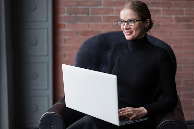 Piękna kobieta pracuje na laptopie