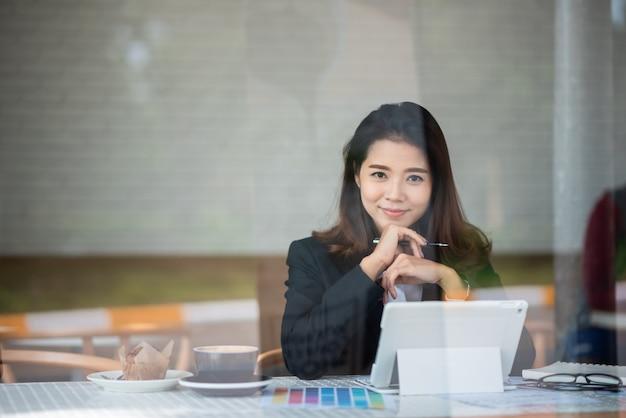 Piękna kobieta pracuje w kawiarni