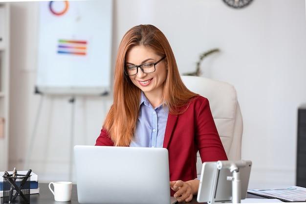 Piękna kobieta pracuje w nowoczesnym biurze