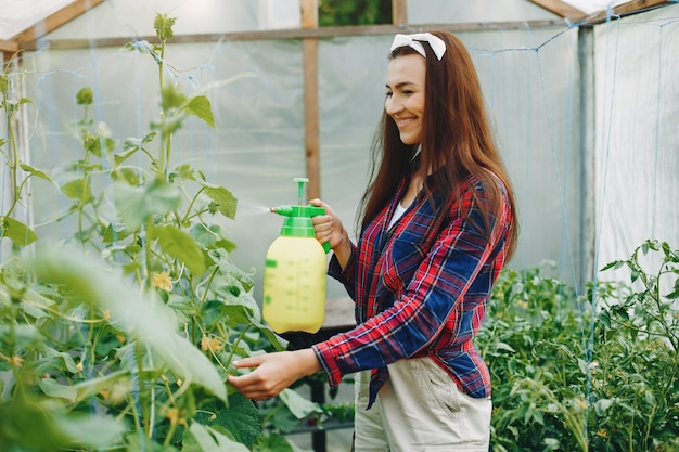 Piękna kobieta pracuje w ogrodzie