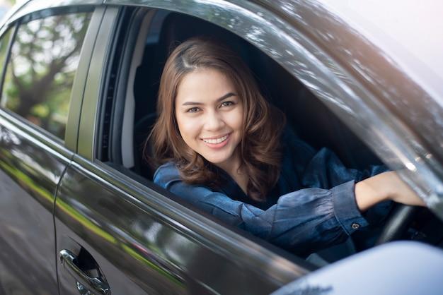 Piękna kobieta prowadzi swój samochód