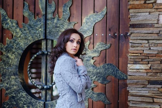Piękna kobieta przed drzwiami