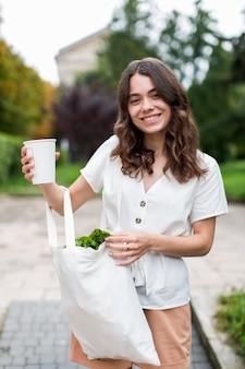 Piękna kobieta przewożąca produkty ekologiczne
