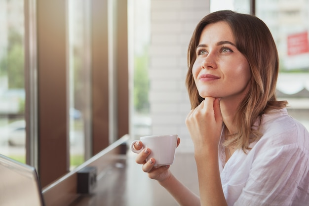 Piękna kobieta przy sklep z kawą
