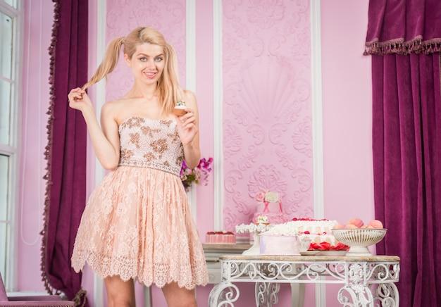 Piękna kobieta przygotowuje przyjęcie urodzinowe