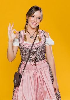 Piękna kobieta przygotowywająca na oktoberfest
