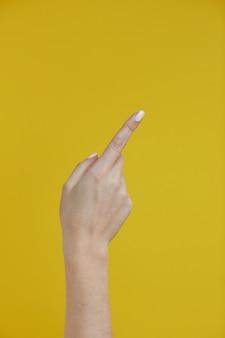 Piękna kobieta ręką wskazując