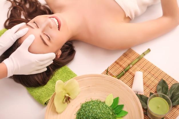 Piękna kobieta relaksuje i zaczyna masaż głowy.