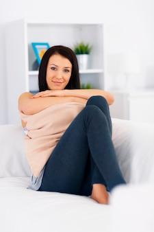 Piękna kobieta relaksuje się na kanapie