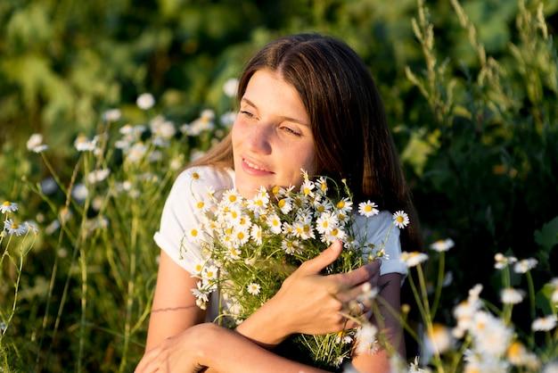 Piękna kobieta relaksuje w naturze