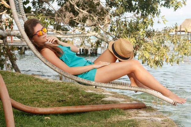 Piękna kobieta relaksuje w sunbed