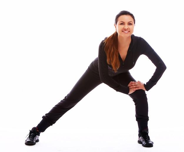 Piękna kobieta robi ćwiczeń fitness