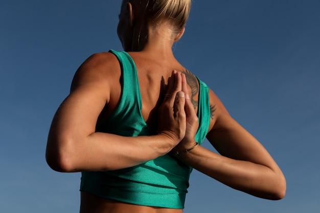 Piękna kobieta robi joga. środkowy plan