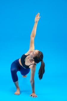 Piękna kobieta robi joga
