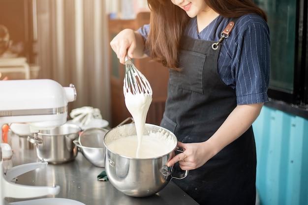 Piękna kobieta robi piekarni