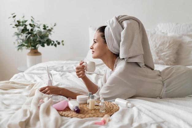 Piękna kobieta robi samoopiekę w pomieszczeniu