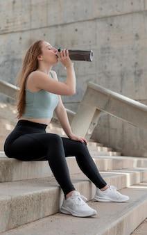 Piękna kobieta robi sobie przerwę od fitness