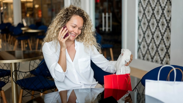 Piękna kobieta robi sobie przerwę po zakupach