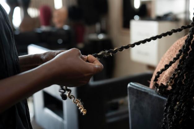 Piękna kobieta robi włosy w salonie piękności