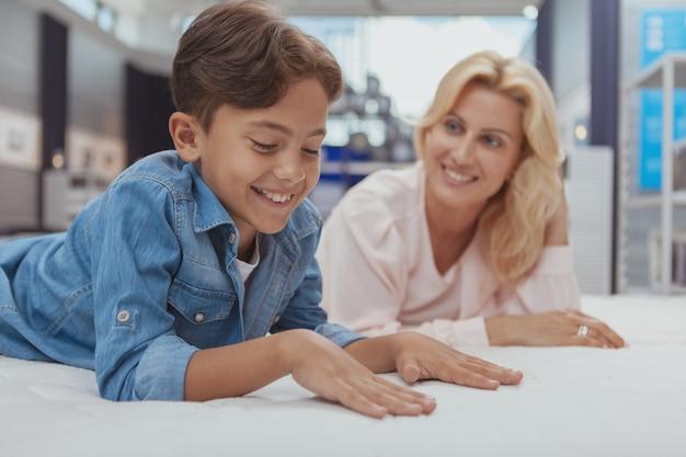 Piękna kobieta robi zakupy meble z jej małym synem