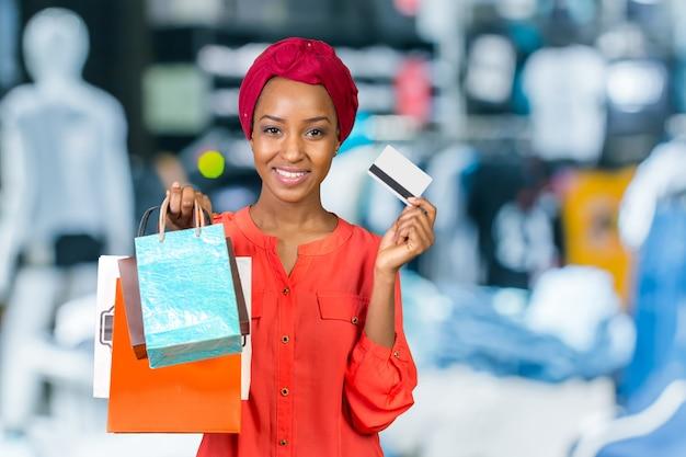 Piękna kobieta robi zakupy torby i trzyma