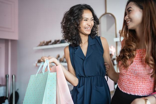 Piękna kobieta robi zakupy z przyjacielem