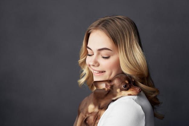 Piękna kobieta rodowód pies moda styl życia przycięty widok